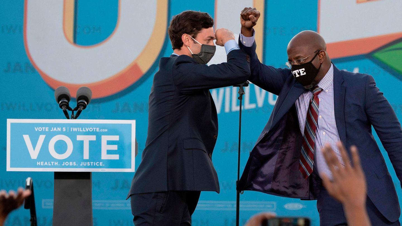 Begrüßung in Zeiten von Corona: Die beiden DemokratenJon Ossoff (L) and Raphael Warnock (R) kandierten erfolgreich für den Senat.