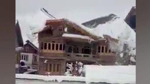 Erst schneit es, dann knackt es – dann bricht das ganze Dach zusammen