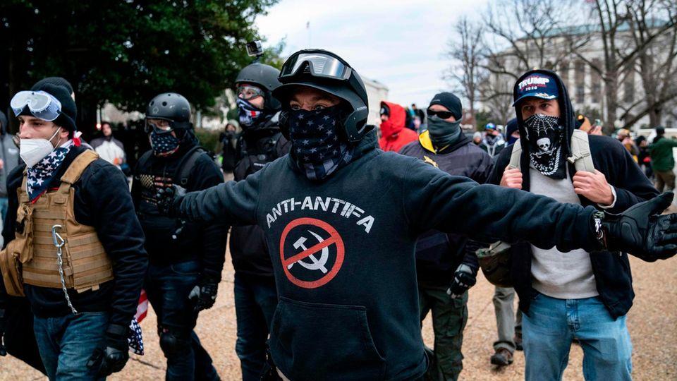 """""""Anti-Antifa"""": Mitglieder der rechtsradikalen Proud Boys bei den Protesten vor dem US-Kapitol in Washington"""