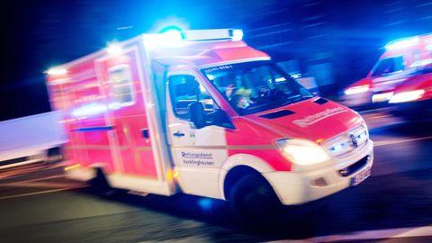 Ein Rettungswagen bei Nacht