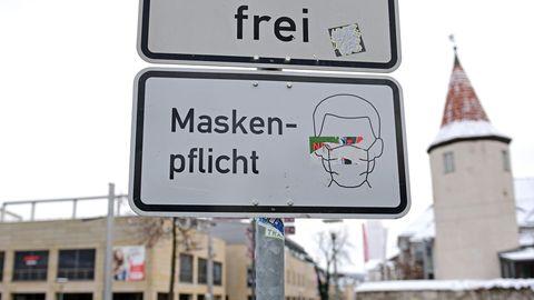 """Sachsen, Plauen: """"Maskenpflicht"""" steht auf einem Schild vor dem Nonnenturm im Zentrum. Die Innenstadt wirkt ungewöhnlich leer. Vor rund einer Woche hatte der Vogtlandkreis eine sehr hohe 7-Tage-Inzidenz."""
