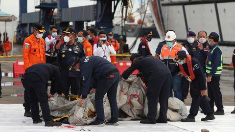 Flugzeugabsturz Indonesien: Behörden zeigen mutmaßliche Trümmer, die im Wasser vor der Insel Java gefunden wurden