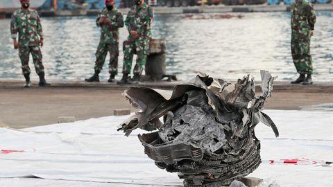 Indonesien, Jakarta: Indonesische Marinesoldaten betrachten ein großes Teil eines Flugzeugs