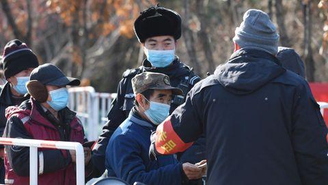 Bewohner der chinesischen Hauptstadt Peking warten ein einer Schlange, um sich auf das Coronavirus testen zu lassen