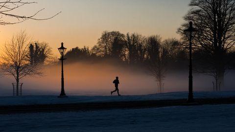 Joggen anfangen: Jogger läuft in den frühen Morgenstunden im Nebel