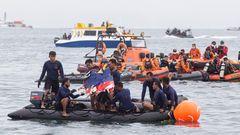 Bild 1 von 9der Fotostrecke zum Klicken: Indonesien, Januar 2021  Ein Passagierflugzeug der indonesischen Sriwijaya Air mit 62 Menschen an Bord war kurz nach dem Start in Jakarta ins Meer gestürzt. Die Boeing 737-500 war auf dem Weg nach Pontianak auf der Insel Borneo, als sie nach nur fünf Minuten Flugzeit plötzlich um 14.40 Uhr Ortszeit vom Radar verschwand. In der Maschine waren 50 Passagiere, darunter sieben Kinder und drei Babys, zudem zwölf Crew-Mitglieder.
