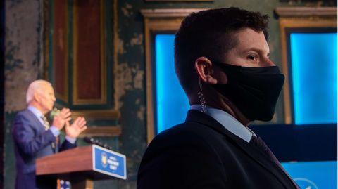 Während der künftige US-Präsident Joe Biden an einem Rednerpult gestikuiert, beobachtet ein Mann vom Secret Service das Publikum