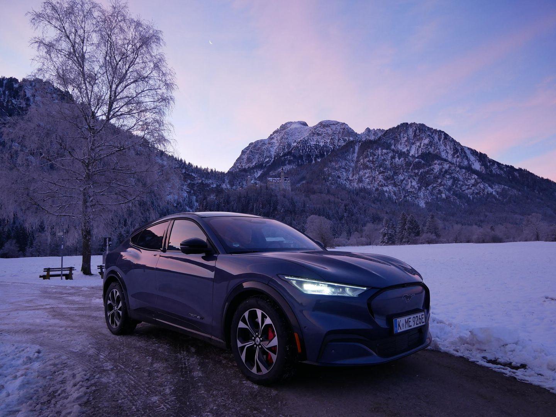 Ford Mustang Mach e im Morgengrauen vor dem Schloss Neuschwanstein nahe Füssen