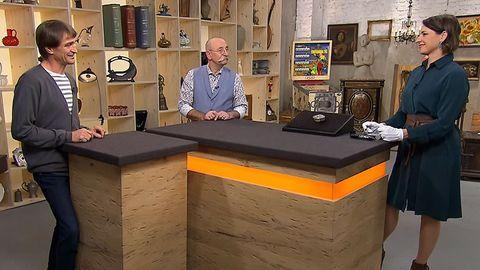 """""""Bares für Rares""""-Expertin Wendela Horz erklärt Moderator Horst Lichter und Besitzer Dirk Rudel (l.) die Herkunft der Silberdose."""