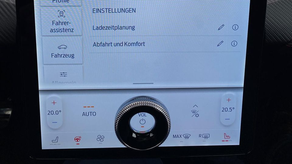 Riesiges Display: Zwischen Fahrer und Beifahrer ist ein großer Touchscreen mit praktischemRetro-Drehrad