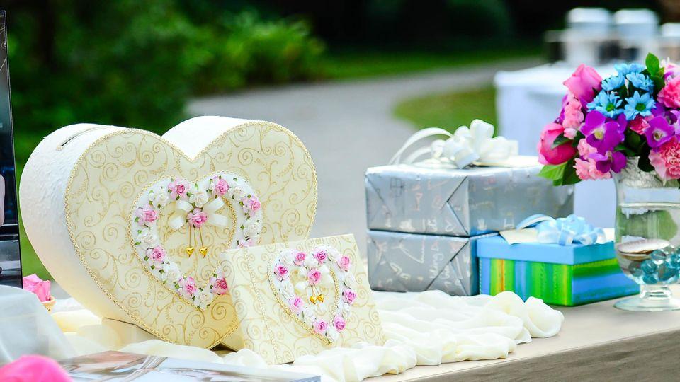 Hochzeitsgeschenke liegen auf einem Gabentisch