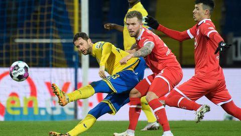 Kampfszene aus dem Zweitligaspiel Braunschweig gegen Düsseldorf