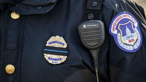 Blick auf die Embleme der Uniform der Capitol Police von Washington