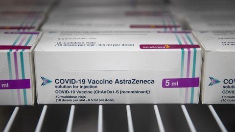 Ampullen mit dem Corona-Impfstoff des Herstellers AstraZeneca stehen in kleine Kartons verpackt in einem Kühlschrank