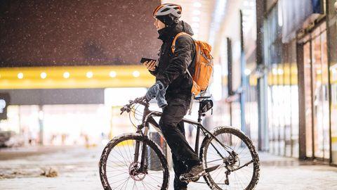 Beschichtete Sattelüberzüge undhelle Frontlichter können im Winter die Sicherheit und den Komfort von Fahrradfahrern erhöhen.