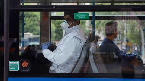 Zur Eindämmung von Corona-Infektionen sollen Fahrgäste in Bussen und Bahnen auf Mallorca und den anderen beliebten Ferieninseln der Balearen möglichst den Mund halten.