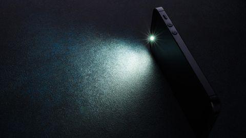 Handy-Taschenlampe als Symbolfoto für Nachrichten aus Deutschland