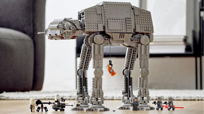 Lego Star Wars: Der AT-AT steht auf dem Boden eines Wohnzimmers