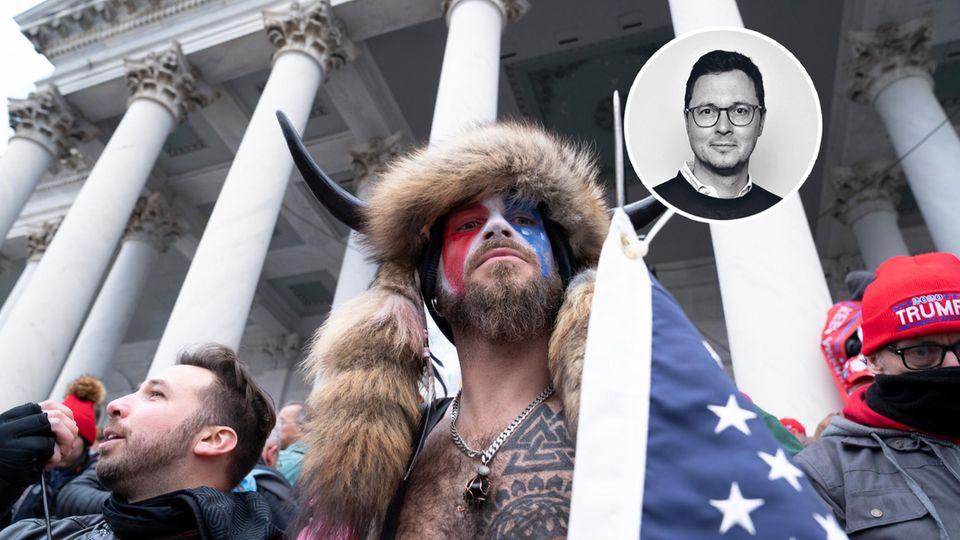 Mann mit Hörnern, Fellen und Amerika-Flagge vor Kapitol