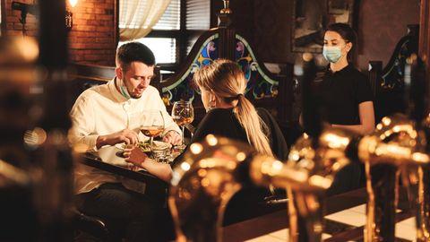Ein Paar isst im Restaurant