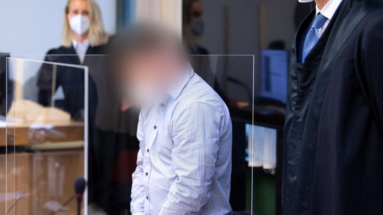 Der wegen Mordes angeklagte 35-Jährige steht vor Prozessbeginn im Landgericht München im Gerichtssaal.