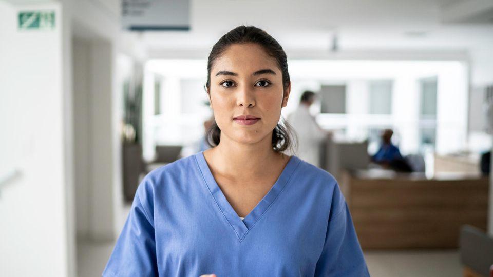 Pflege-Petition: Eine Pflegefachkraft steht auf einem Flur