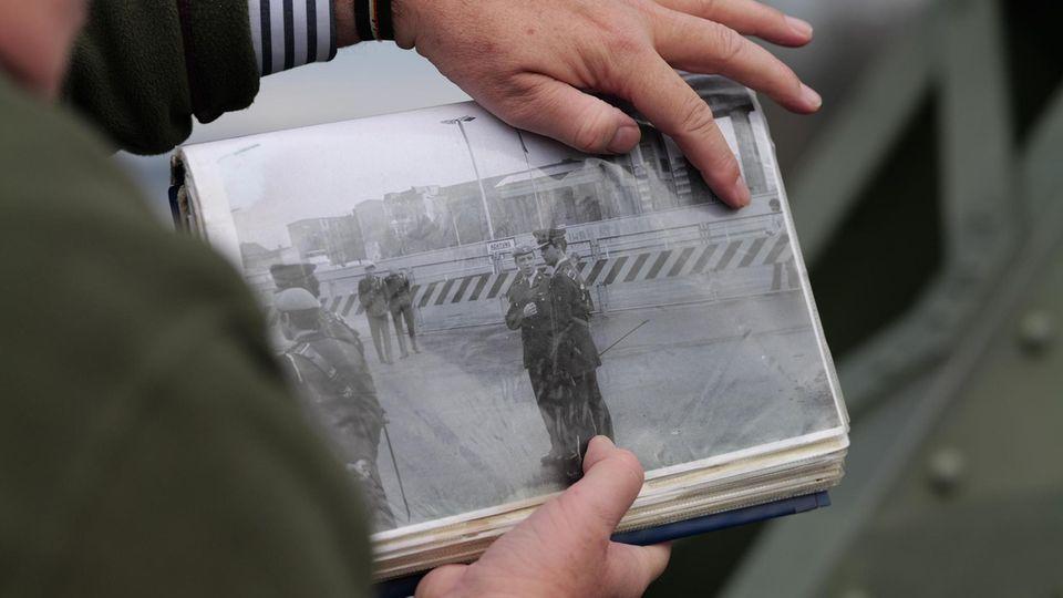 Klarsicht-Biografie: Die Zeugnisse seiner Geschichte hat Nigel Dunkley sauber abgeheftet