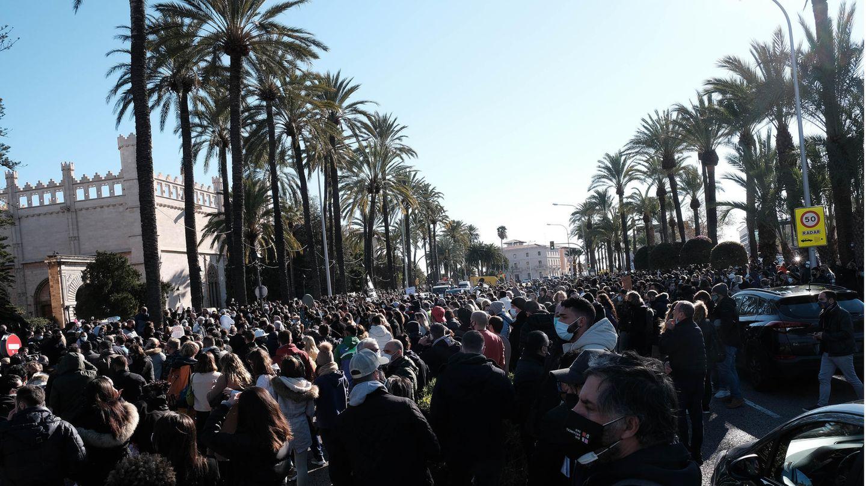 Dichtes Gedränge in Palma de Mallorca: Demonstranten vor dem Consolat de Mar, dem Sitz der Regierung der Balearen. Sie protestieren gegen die Einschränkungen, die durch die Maßnahmen gegen die Verbreitung des Coronavirus entstehen.