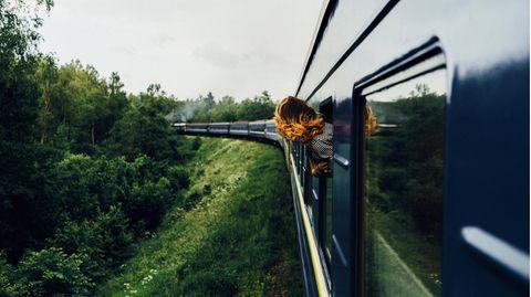 Mitten durch die Landschaft: In der Bahn werden wir zu Betrachtern der vorüberziehenden Welt