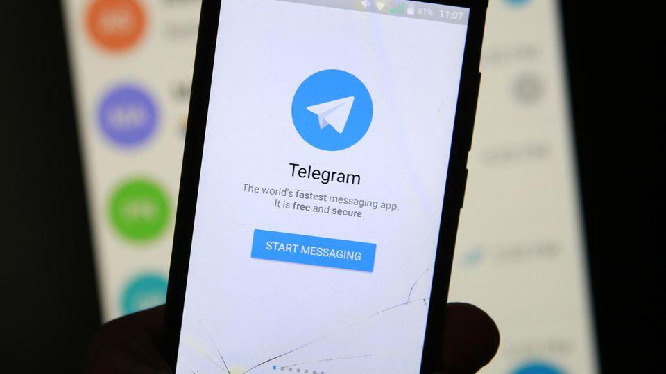 Logo des Messengerdienstes Telegram auf einem Smartphone