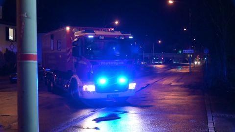 Ein Fahrzeug der Feuerwehr steht in der Zufahrt zu einer Gießerei.