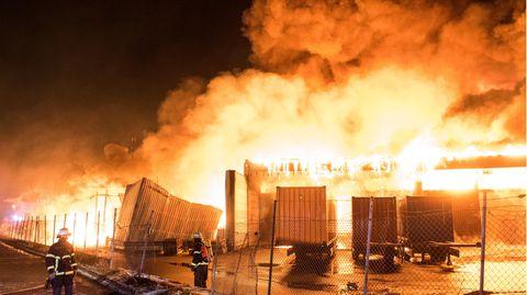 Feuerwehrleute löschen einen Großbrand in Hamburg