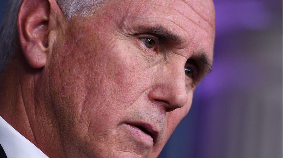Das Foto zeigt das Gesicht von US-Vozepräsident Mike Pence in Nahaufnahme: weißer Seitenscheitel und braune Augen