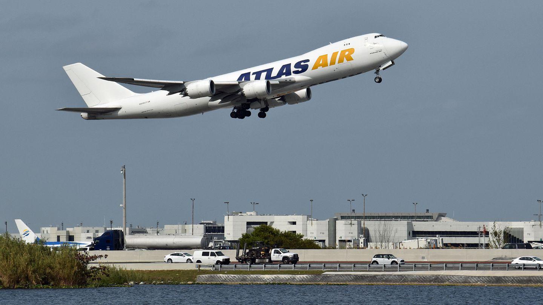Eine Frachtjumbo vom Typ Noeing 747-8 der Atlas Air beim Start in Miami. Die Fluggesellschaft bestellte jetzt ein weiteres Exemplar.