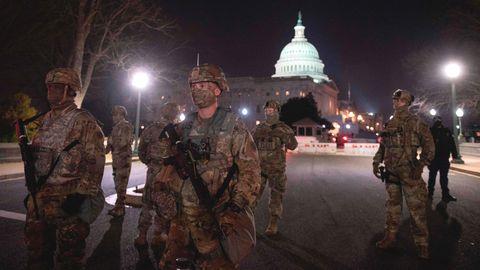 Bewaffnete Mitglieder der Nationalgarde bewachen das Kapitol in Washington