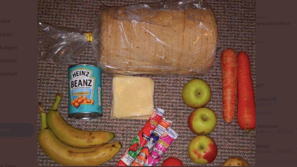 Der Inhalt eines Essenpaketes besteht aus Brot, Baked Beans, etwas Obst und etwas Käse