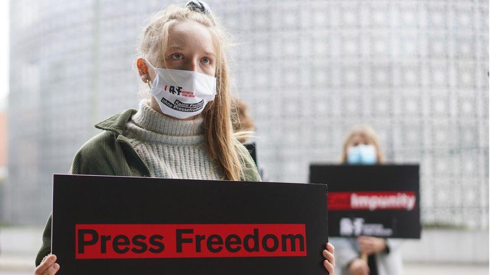 """Aktivisten von """"Reporter ohne Grenzen""""stehen bei einer Mahnwache vor der Saudi-Arabischen Botschaft in Berlin"""