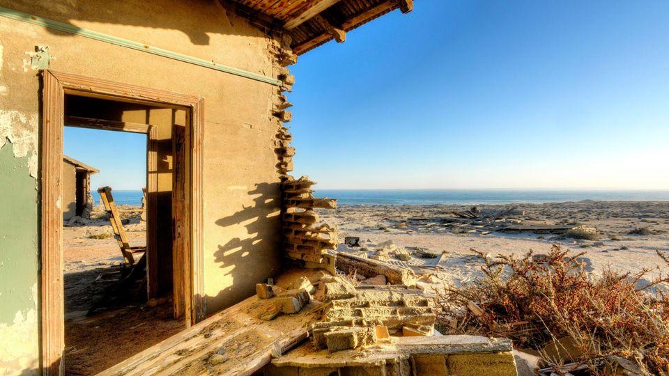 Bild 1 von 16der Fotostrecke zum Klicken   Die Ruine eines ehemaligen Wohnhauses mit Meerblick: Die Geisterstadt Elizabeth Bay liegt direkt am Meer.