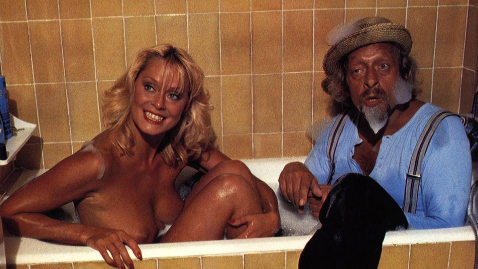 Bea Fiedler und Karl Dall sitzen in der Badewanne