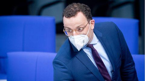 Jens Spahn trägt einen Mund-Nasen-Schutz