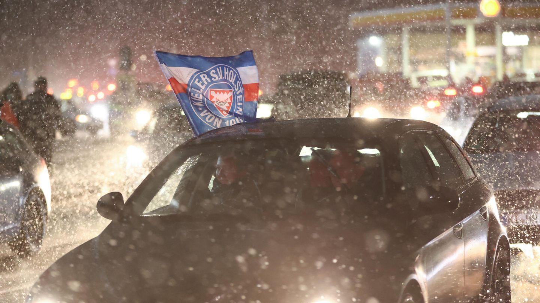 Kieler Fans feiern mit einem Autokorso den Sieg ihres Teams über den FC Bayern