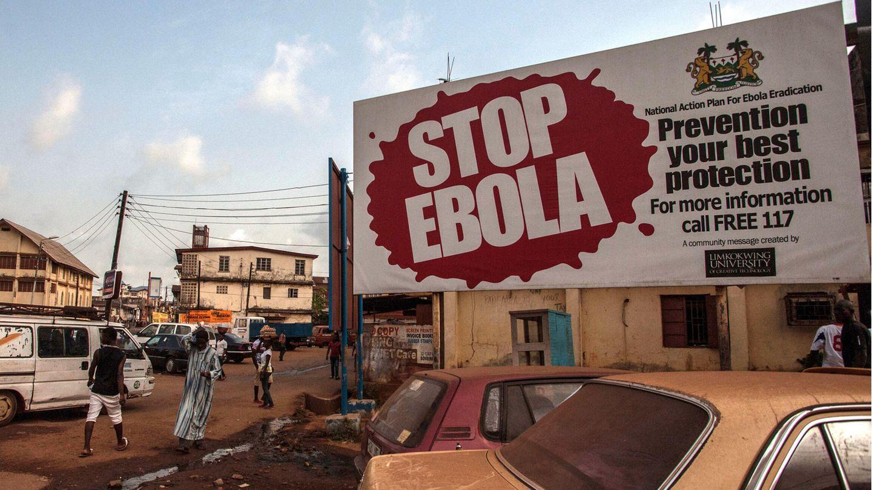 """14. Januar 2016: Der Kampf ist gewonnen – das Sterben beendet  Mehr als 28.000 Menschen erkrankten, mehr als 11.000 starben – am 14. Januar 2016 erklärte die Weltgesundheitsorganisation dann endlich die Ebola-Epidemie in Westafrika für beendet.""""Ich denke, dass dieser Ausbruch unsere Grenzen aufgezeigt hat"""", sagte der US-Virologe Heinz Feldmann, der lange Zeit in den Krisengebietengearbeitet hat, freilich ohne zu wissen, was im Dezember 2019 beginnen würde. Vor allem Guinea, Liberia und Sierra Leone (im Bild: die Hauptstadt Freetown nach Ende Epidemie) waren von der Fieberseuche betroffen. Es dauerte fast zwei Jahre nach dem ersten registrierten Ausbruch, bis alle Ländern wieder als frei von Ebola galten."""