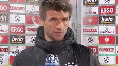 Thomas Müller zeigte sich wenig amüsiert über die mit einem kleinen Lachen vorgetragene Frage der NDR-Reporterin Valeska Homburg