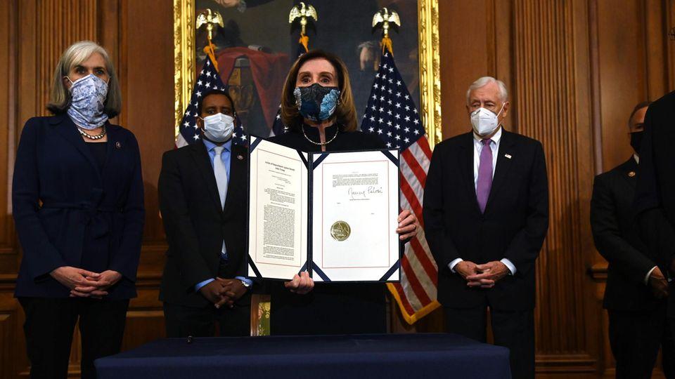 Nancy Pelosi, Sprecherin des Repräsentantenhauses, mit dem unterzeichneten Antrag auf ein Impeachment-Verfahren