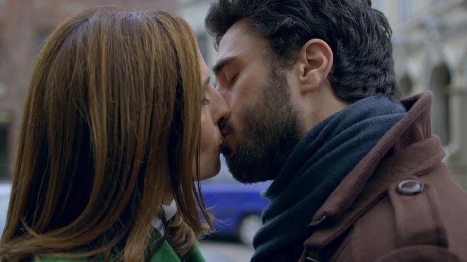 """Die GZSZ-Schauspieler Ulrike Frank (""""Katrin Flemming"""") undJan Kittmann (""""TobiasEvers"""") küssen sich."""