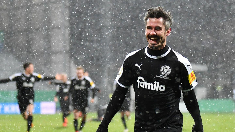Fin Bartels von Holstein Kiel verwandelt den entscheidenen Elfmeter gegen Bayern-Keeper Manuel Neuer